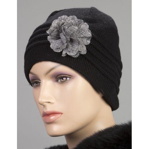 Вязаная шапка с декором в виде цветка