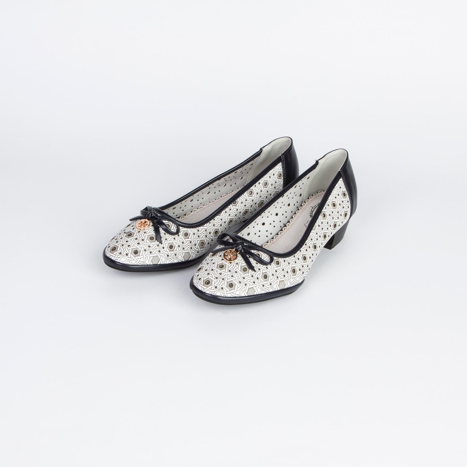 Туфли женские с узорной перфорацией и контрастной строчкой