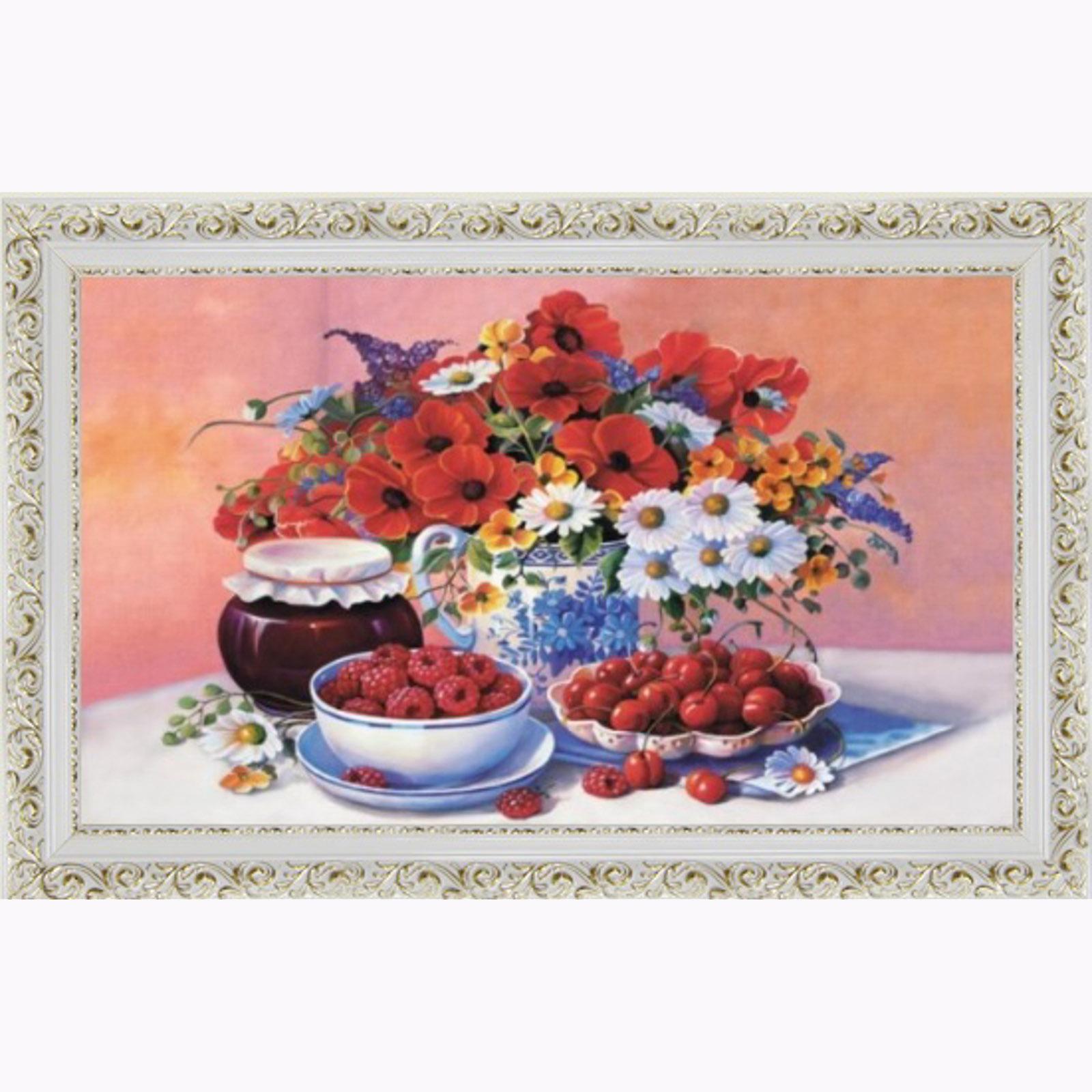 Картина в резном багете с ягодами