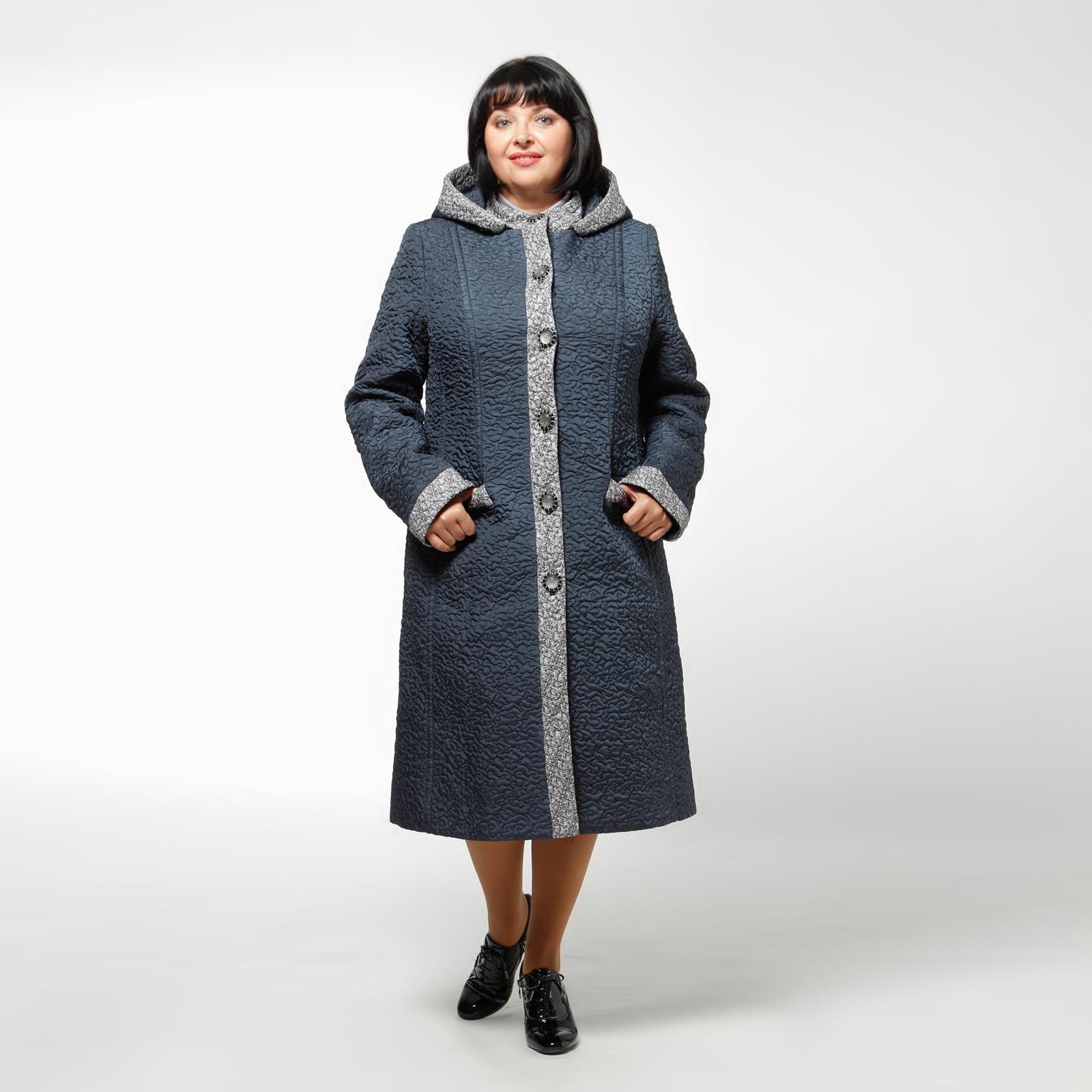 Пальто женское из стеганой ткани с капюшоном и оригинальными пуговицами