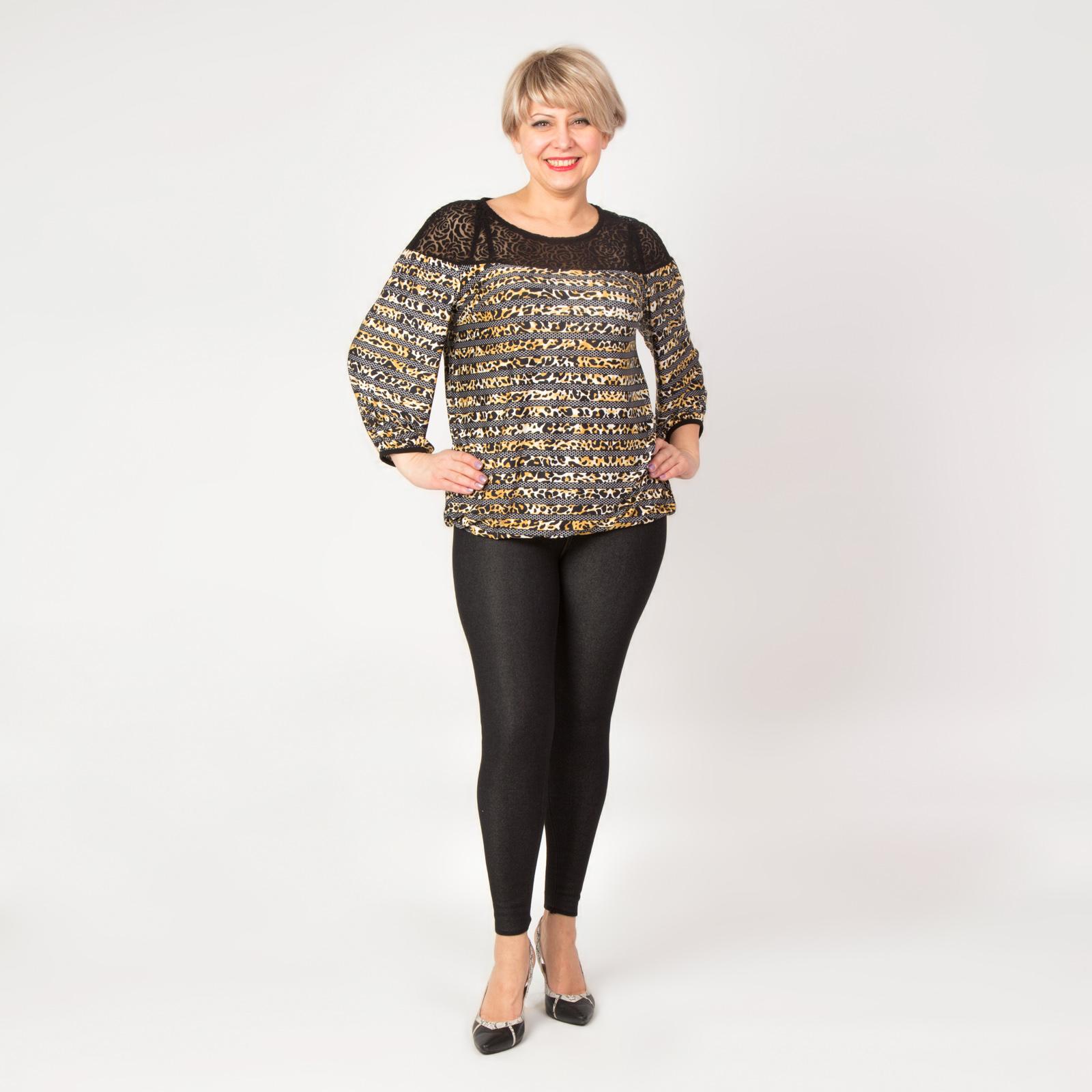 Блуза с гипюровой вставкой и ярким принтом