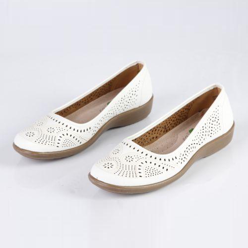 Женские туфли украшенные узорной перфорацией