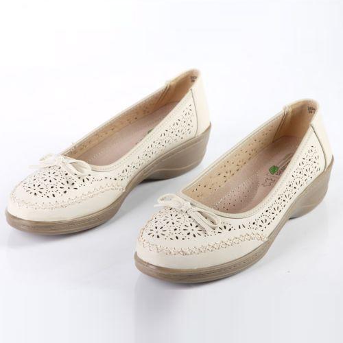 Женские туфли украшенные фигурной перфорацией и бантиком