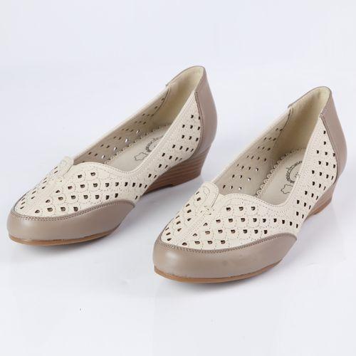 Женские туфли украшенные крупной перфорацией и эластичной вставкой на мысу