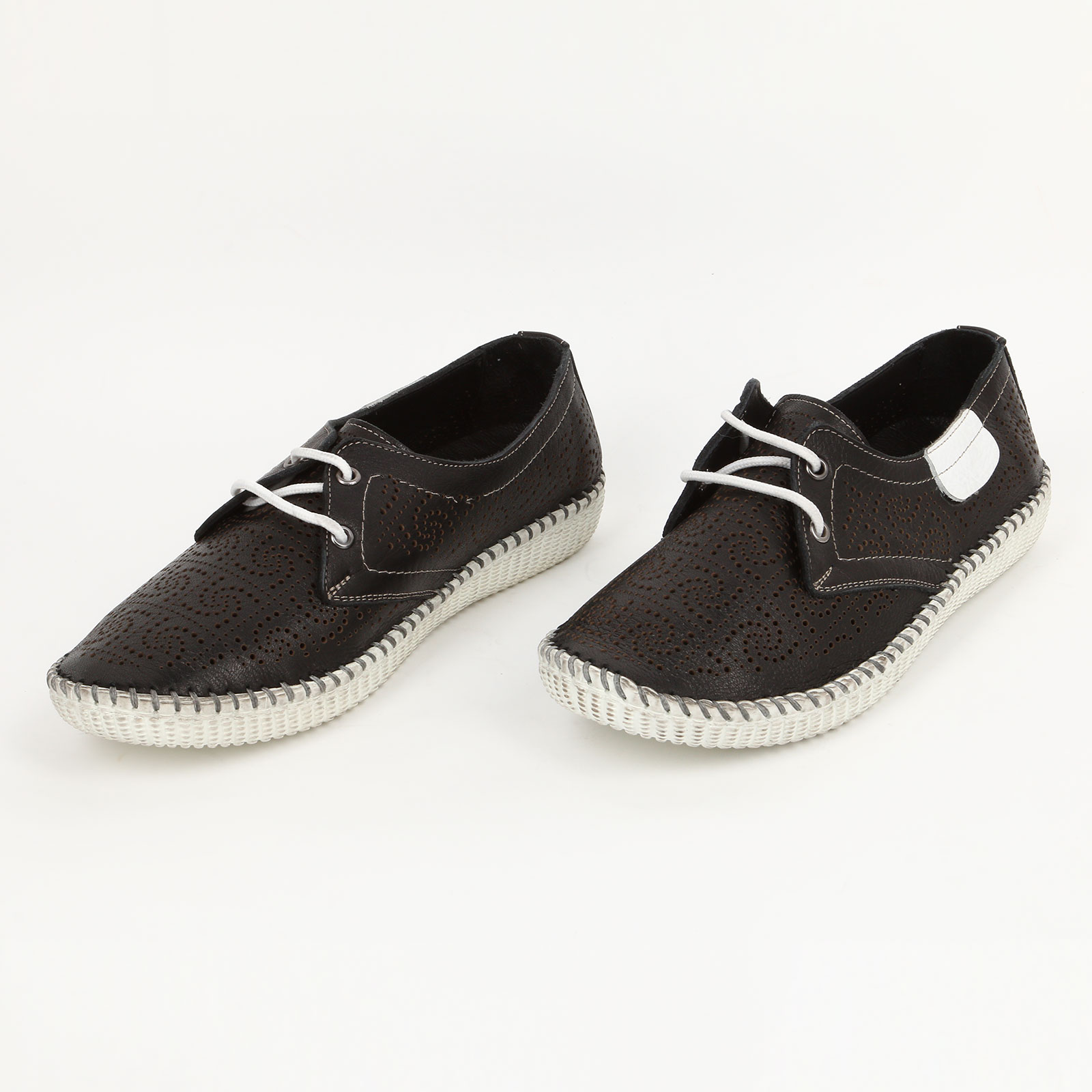 Туфли на шнуровке с узорной перфорацией