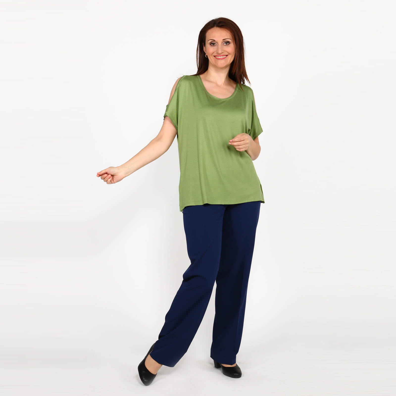 Блуза свободная с вырезом на рукавах