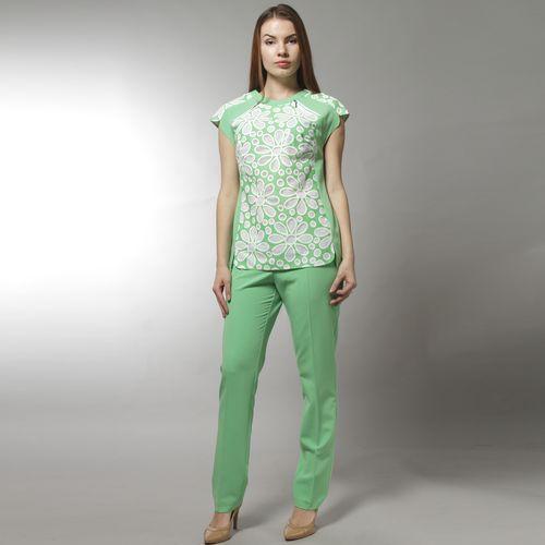 Комплект: блуза с перфорацией в форме цветов и брюки