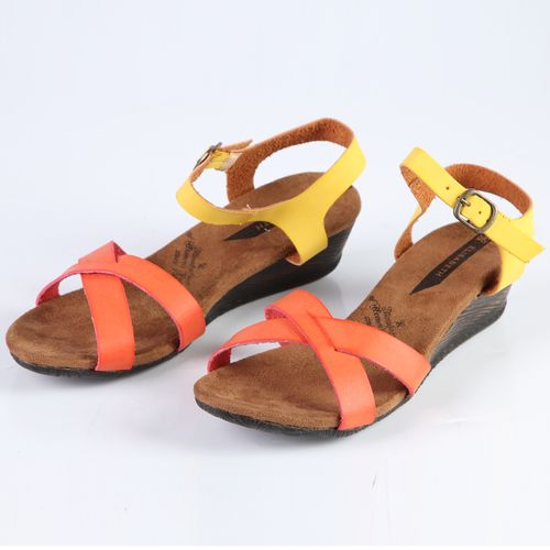 Женские сандалии на танкетке украшенные цветными ремешками
