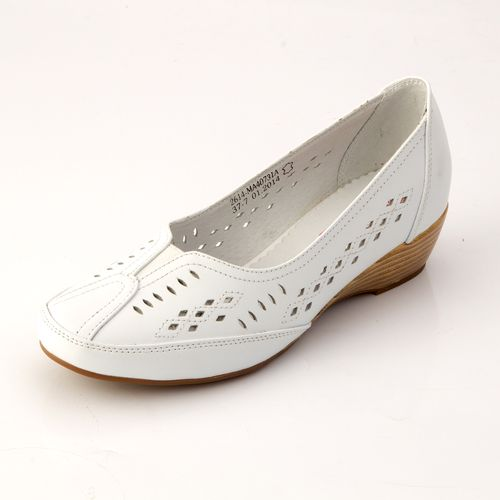 Женские туфли с перфорацией на танкетке