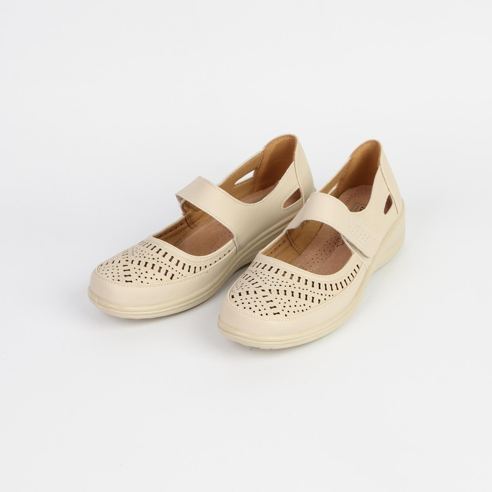 Туфли женские с ремешком на липучке и перфорацией на мысу