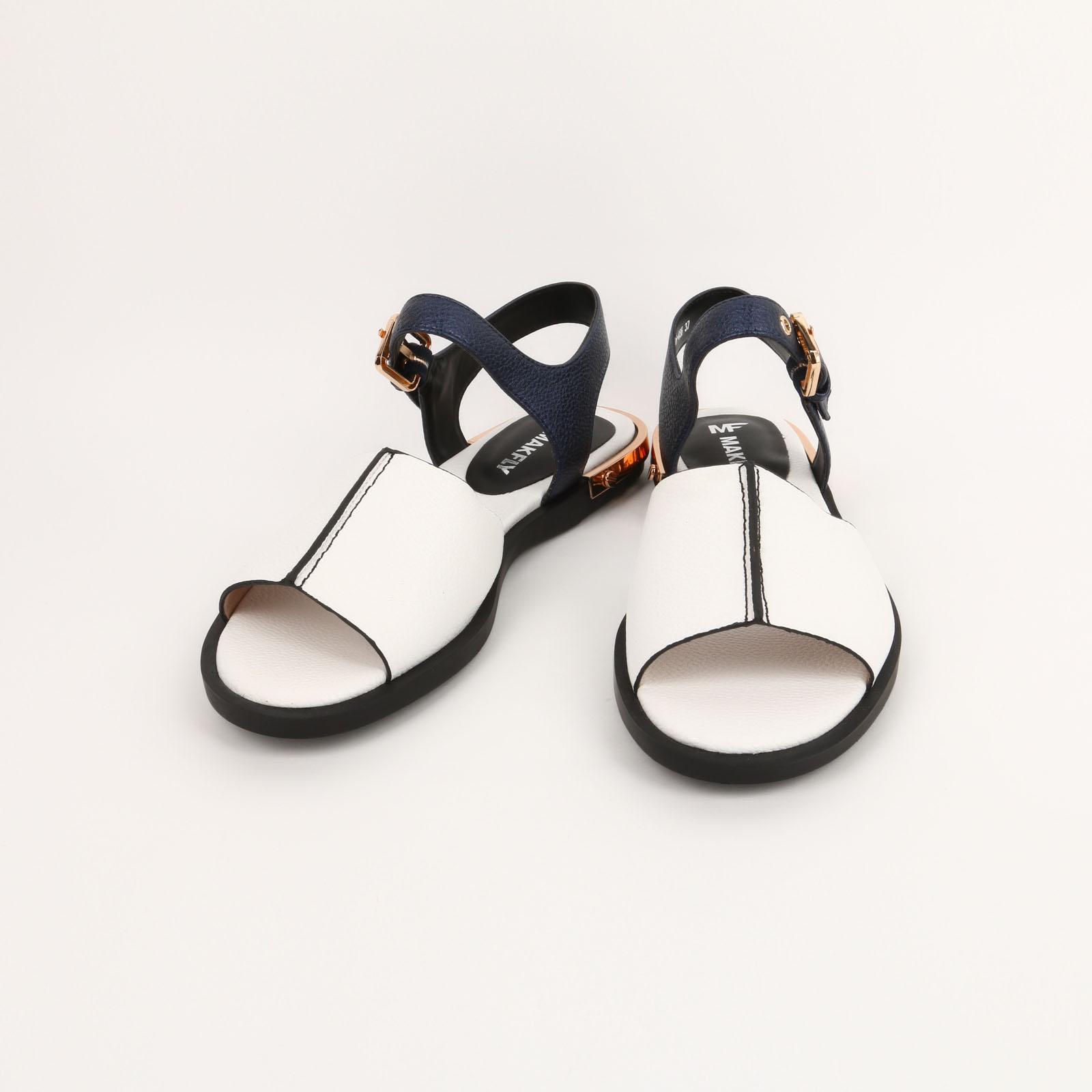 Босоножки с украшением на каблуке