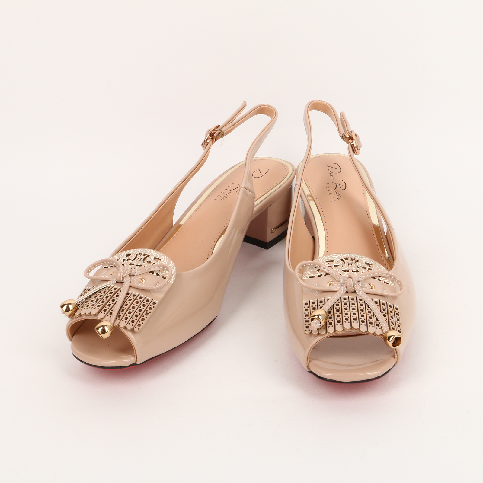 Туфли на устойчивом каблуке и с украшением