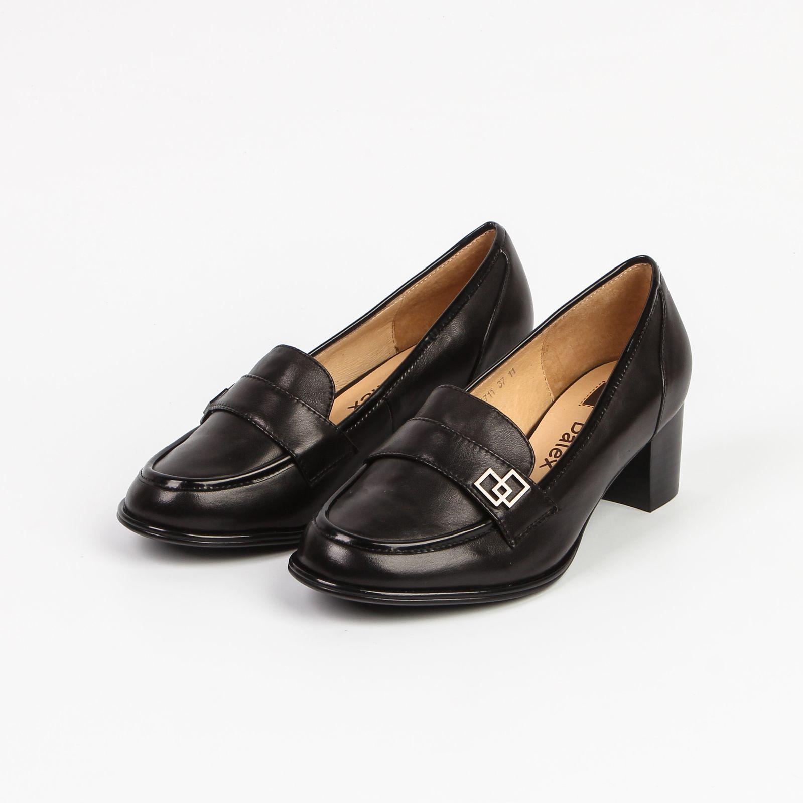 Туфли женские с декором на язычке