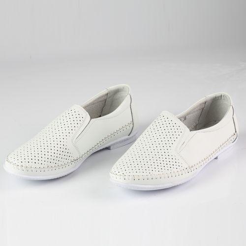 Женские туфли декорированные перфорацией на низком каблуке