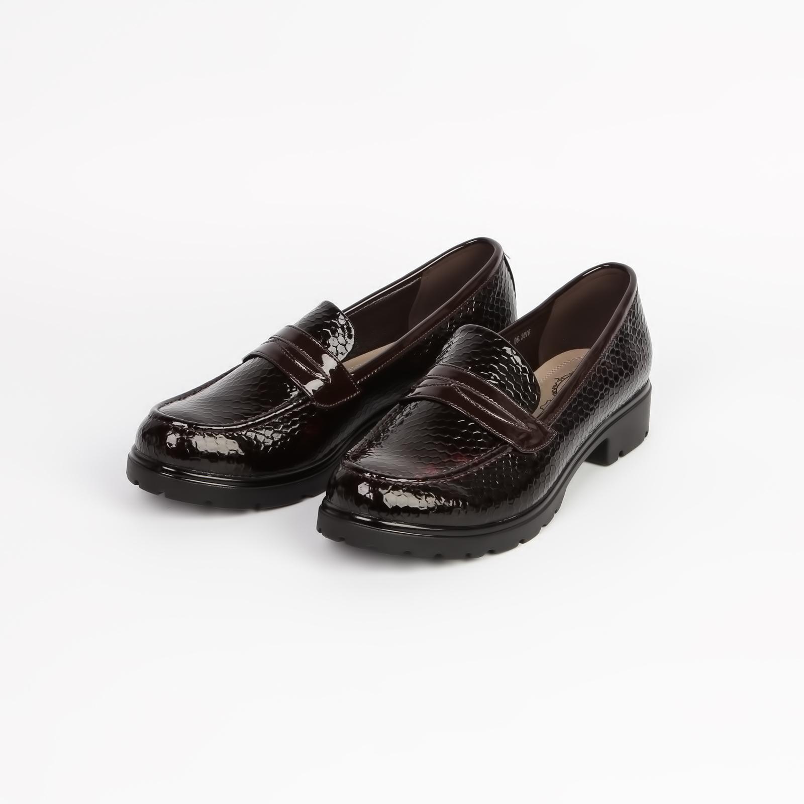 Туфли женские лакированные под «рептилию» с элегантной застежкой на мысу