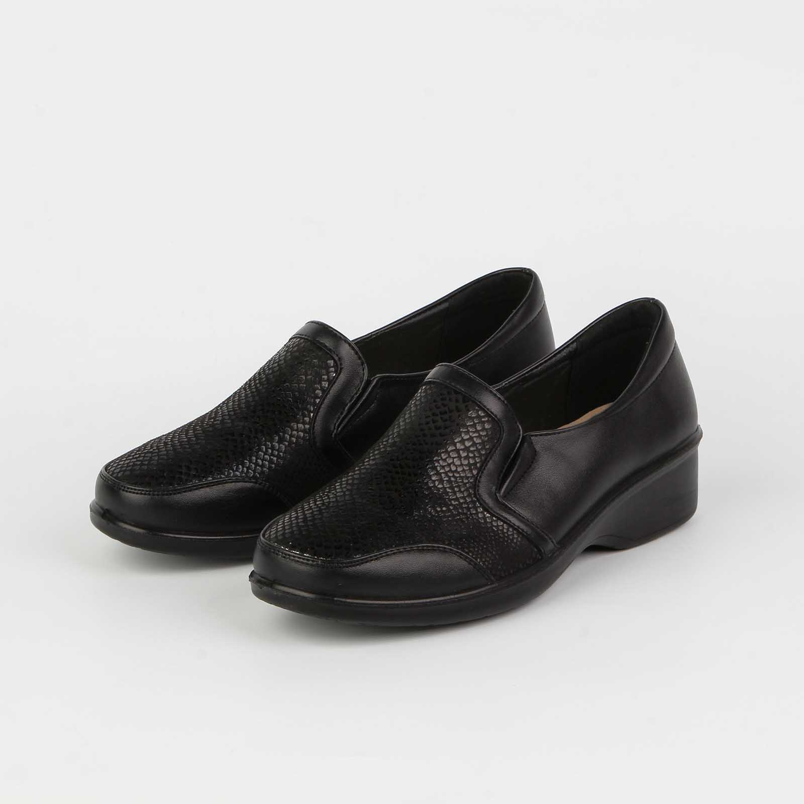 Туфли женские украшенные декорированной вставкой на мысу