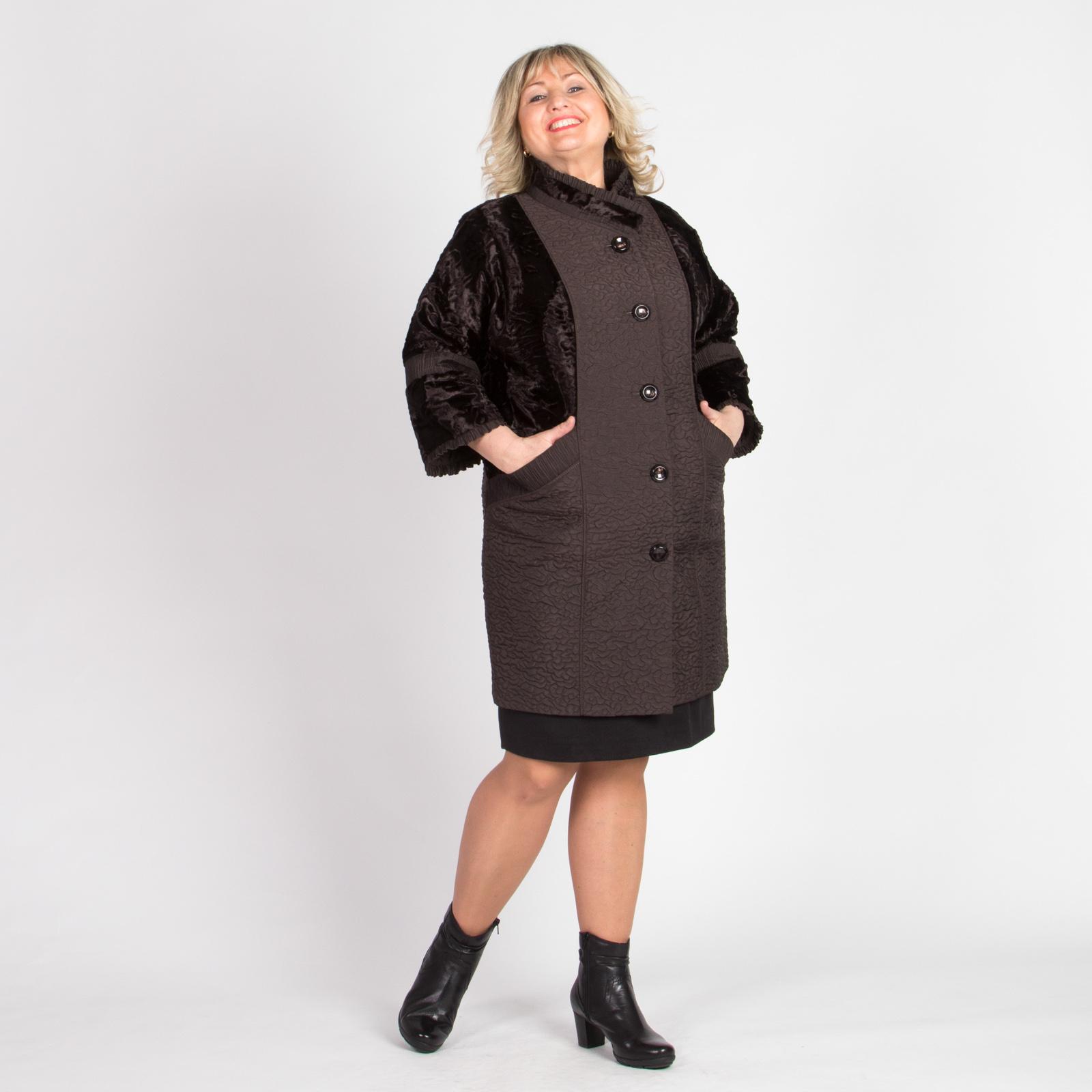 Пальто элегантного дизайна со вставками из меха под каракуль