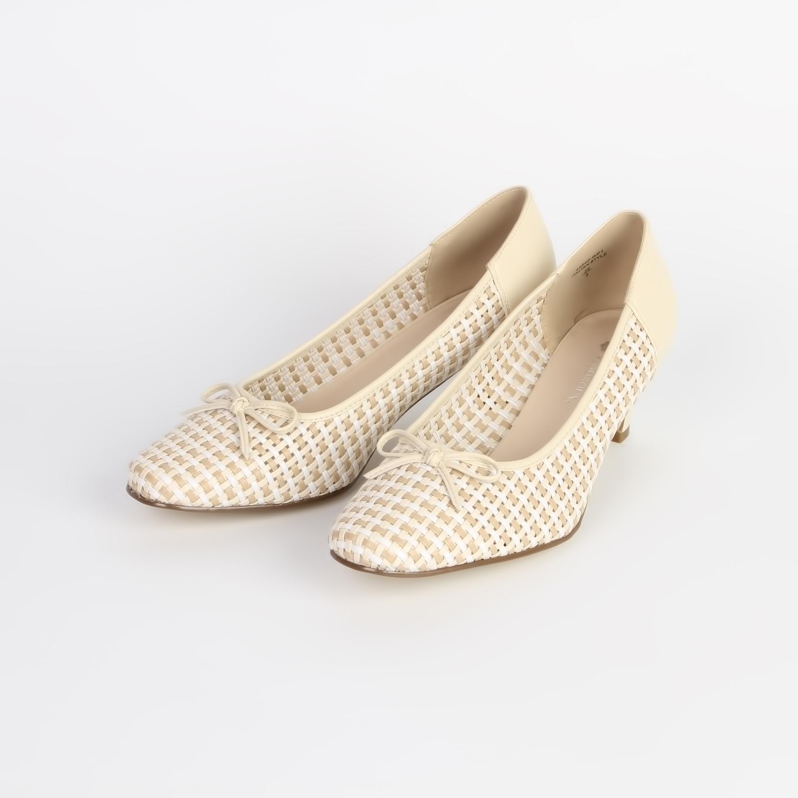 Туфли женские декорированные лаковой вставкой и бантом