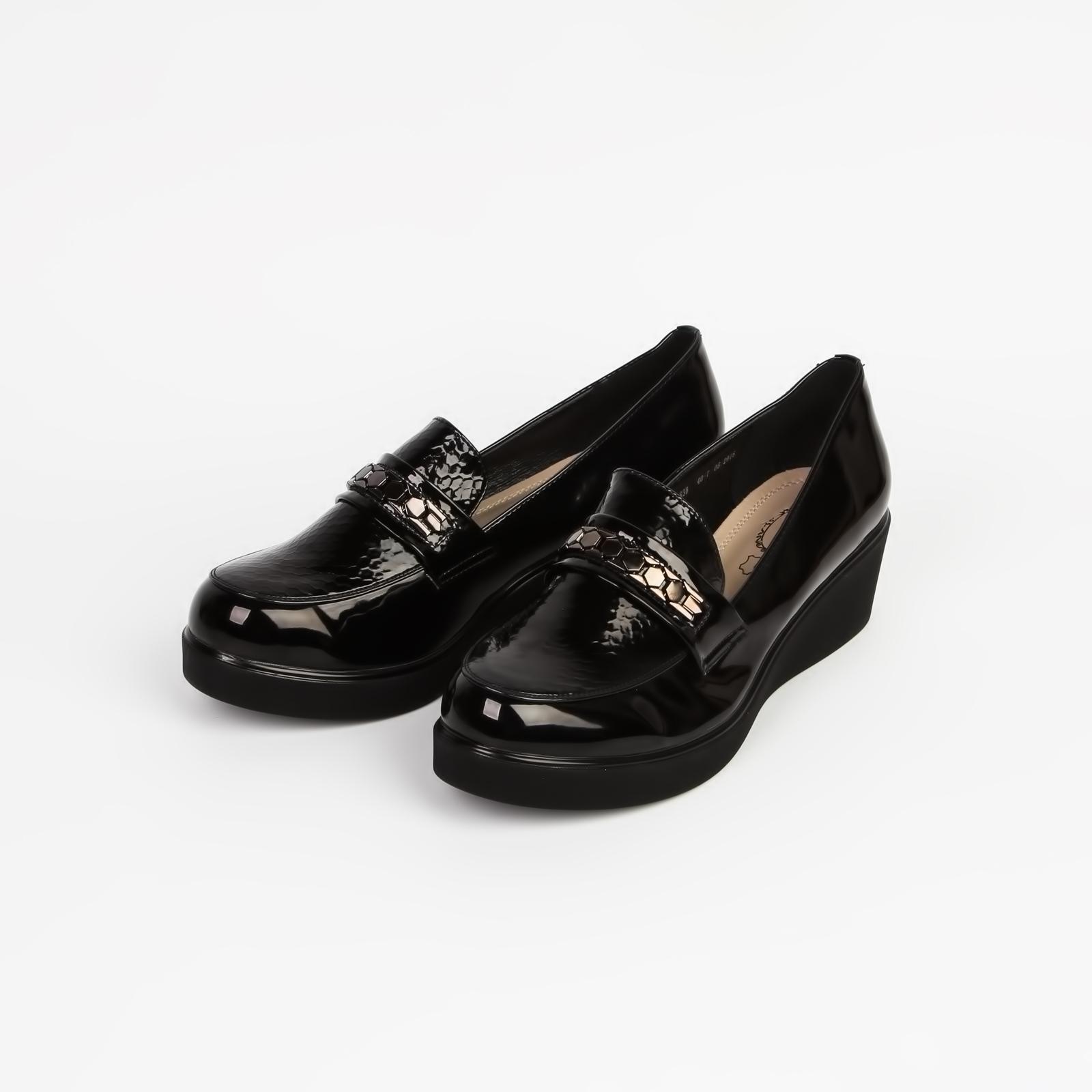 Туфли женские лакированные с декорацией на «язычке» на средней танкетке