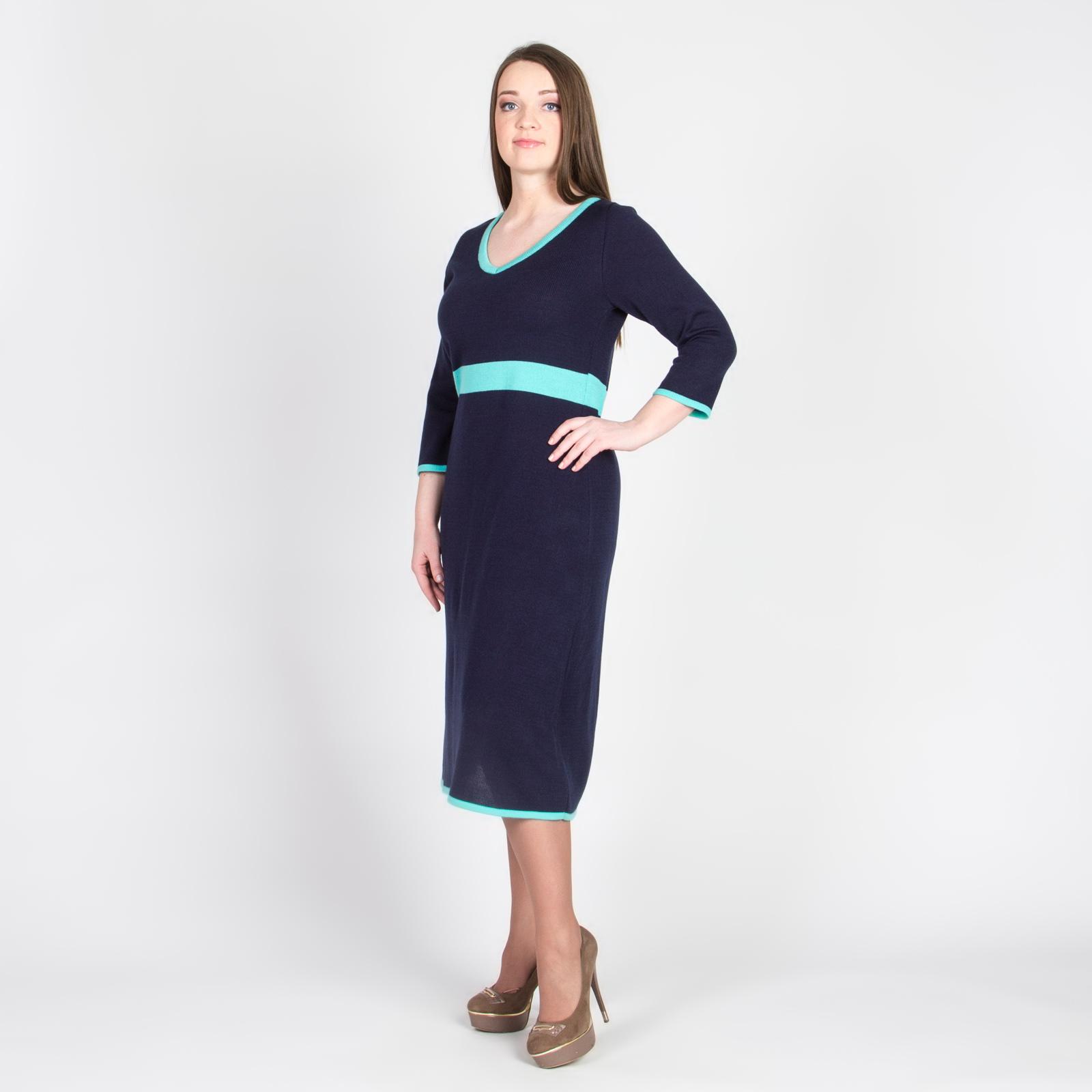 Платье модного кроя с V-образным вырезом