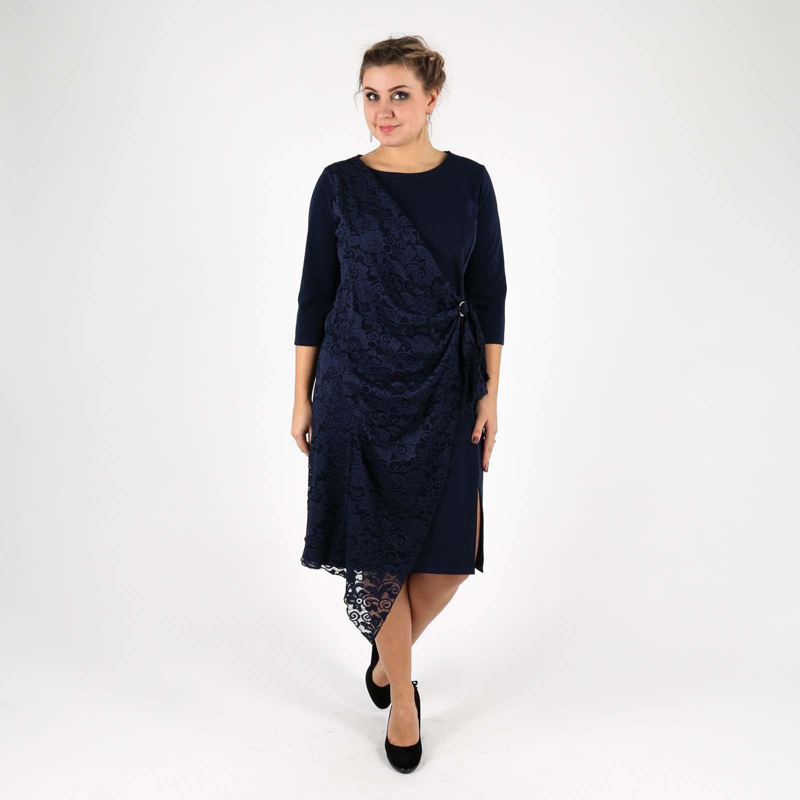 Платье с декоративным элементом и кружевом