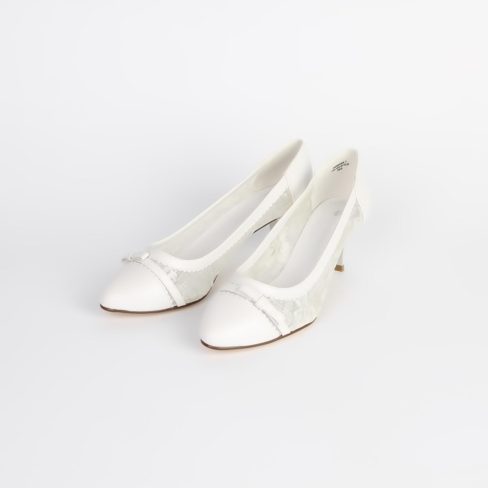 Туфли женские украшенные кружевными вставками