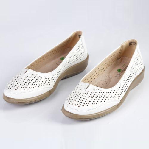 Женские туфли с эластичной вставкой украшенные фигурной перфорацией