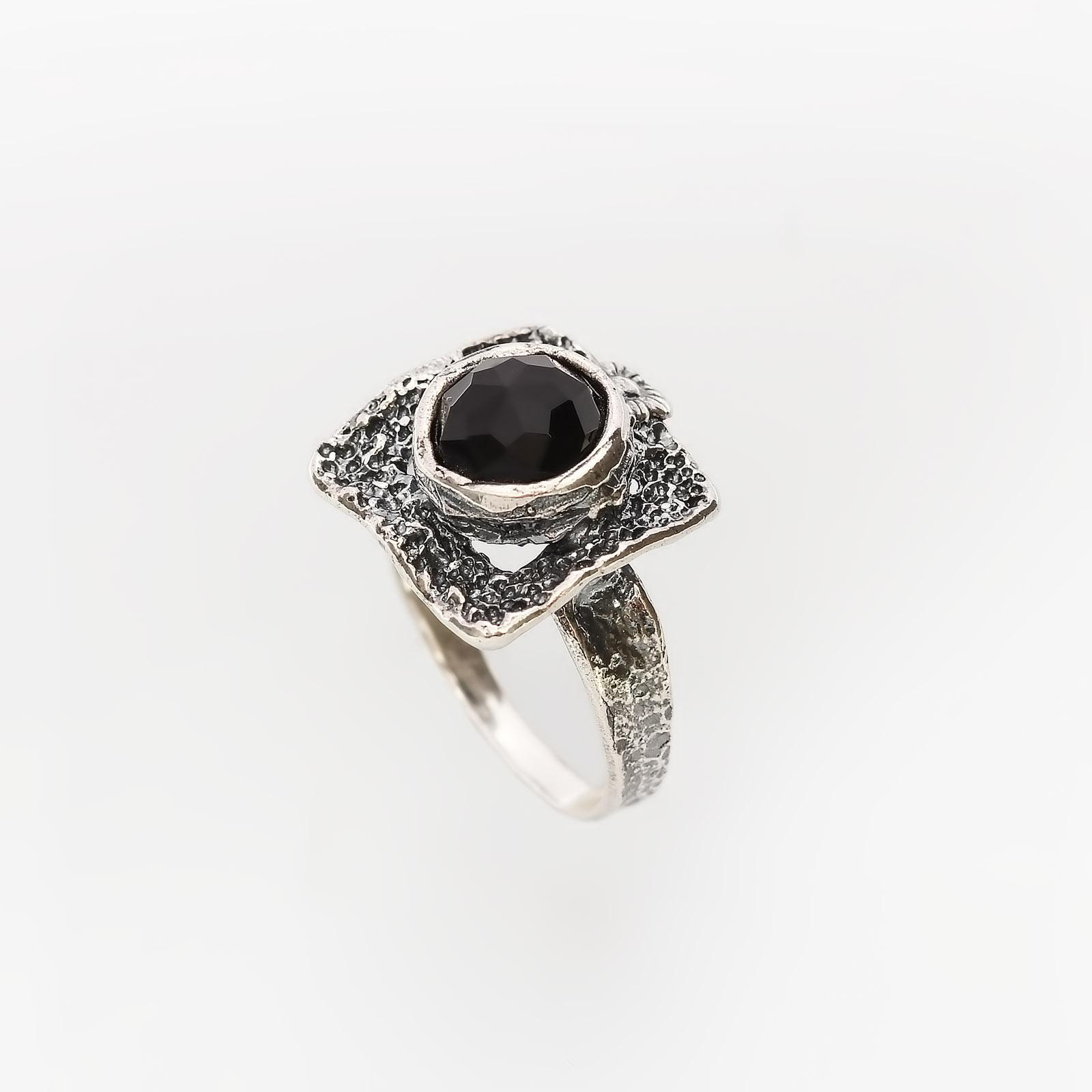 Серебряное кольцо «Магия черного»