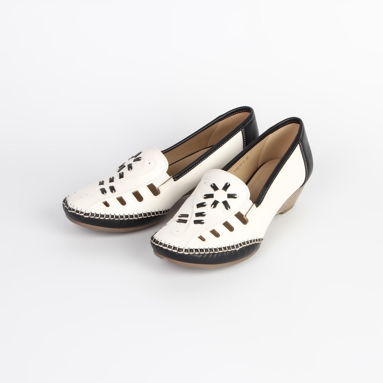 Туфли женские украшенные контрастными вставками на невысокой танкетке