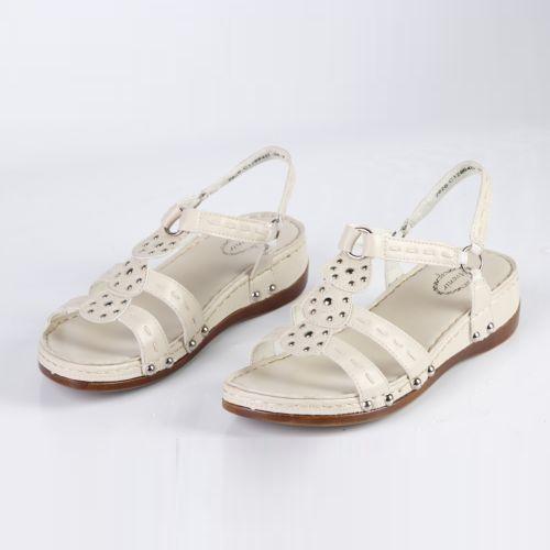 Женские сандалии украшенные клепками