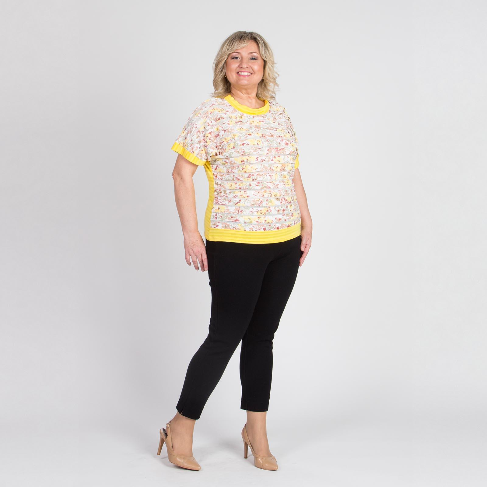 Блуза с гипюровой отделкой с ярким принтом