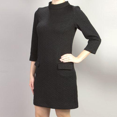 Черное платье из фактурного трикотажа с воротником «стойка»