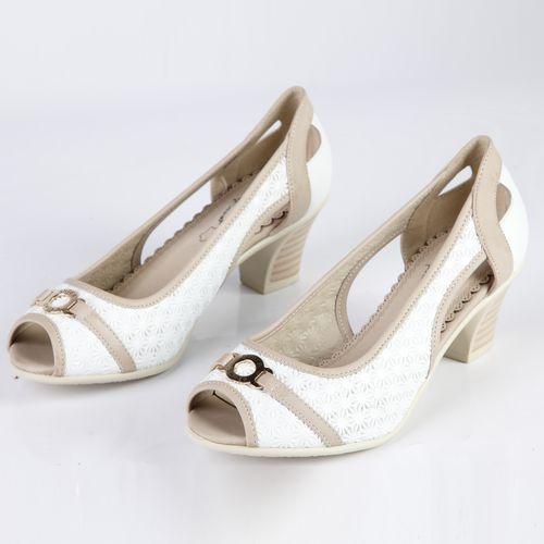 Женские туфли украшенные фурнитурой на комфортном каблуке