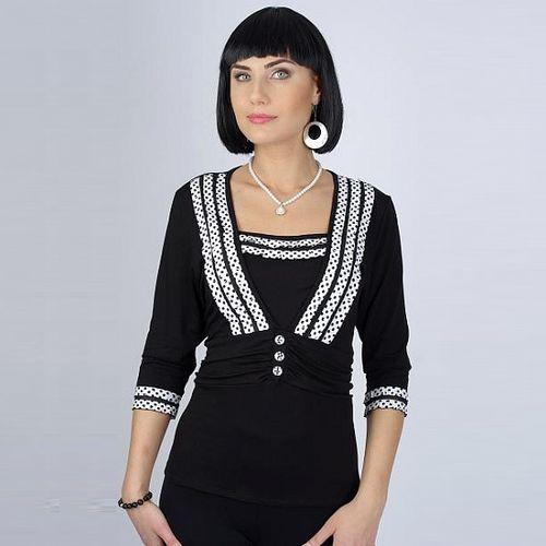 Черная трикотажная блуза с рюшами в горох