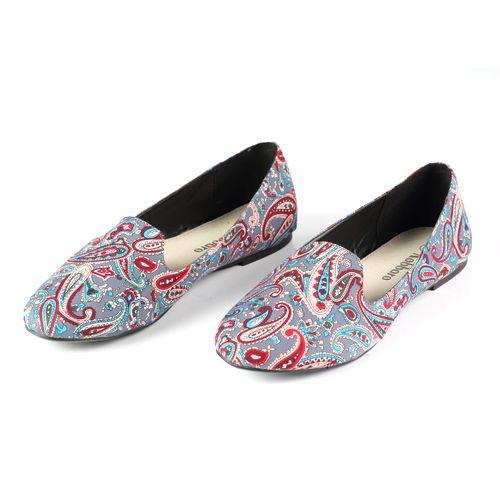 Женские туфли, декорированные разноцветным узором