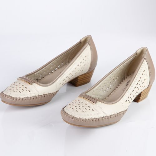 Туфли женские на низком каблуке с декоративными элементами на мыске