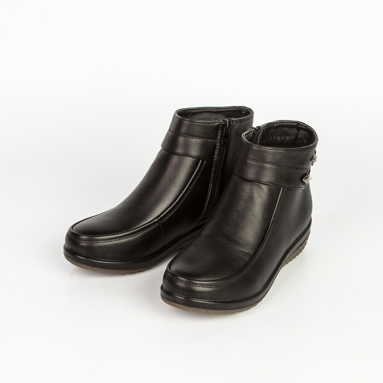 Женские ботинки с рифленой подошвой и заклепками