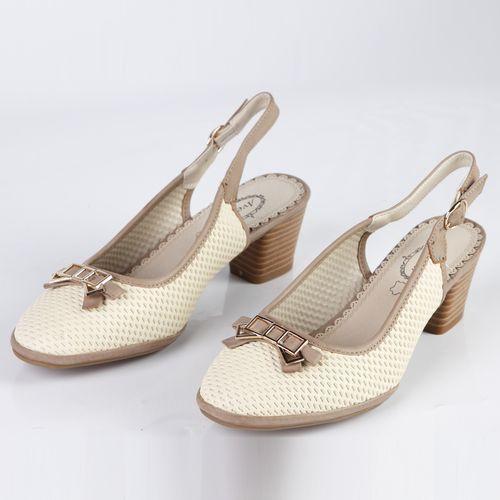Женские туфли декорированные элегантной фурнитурой