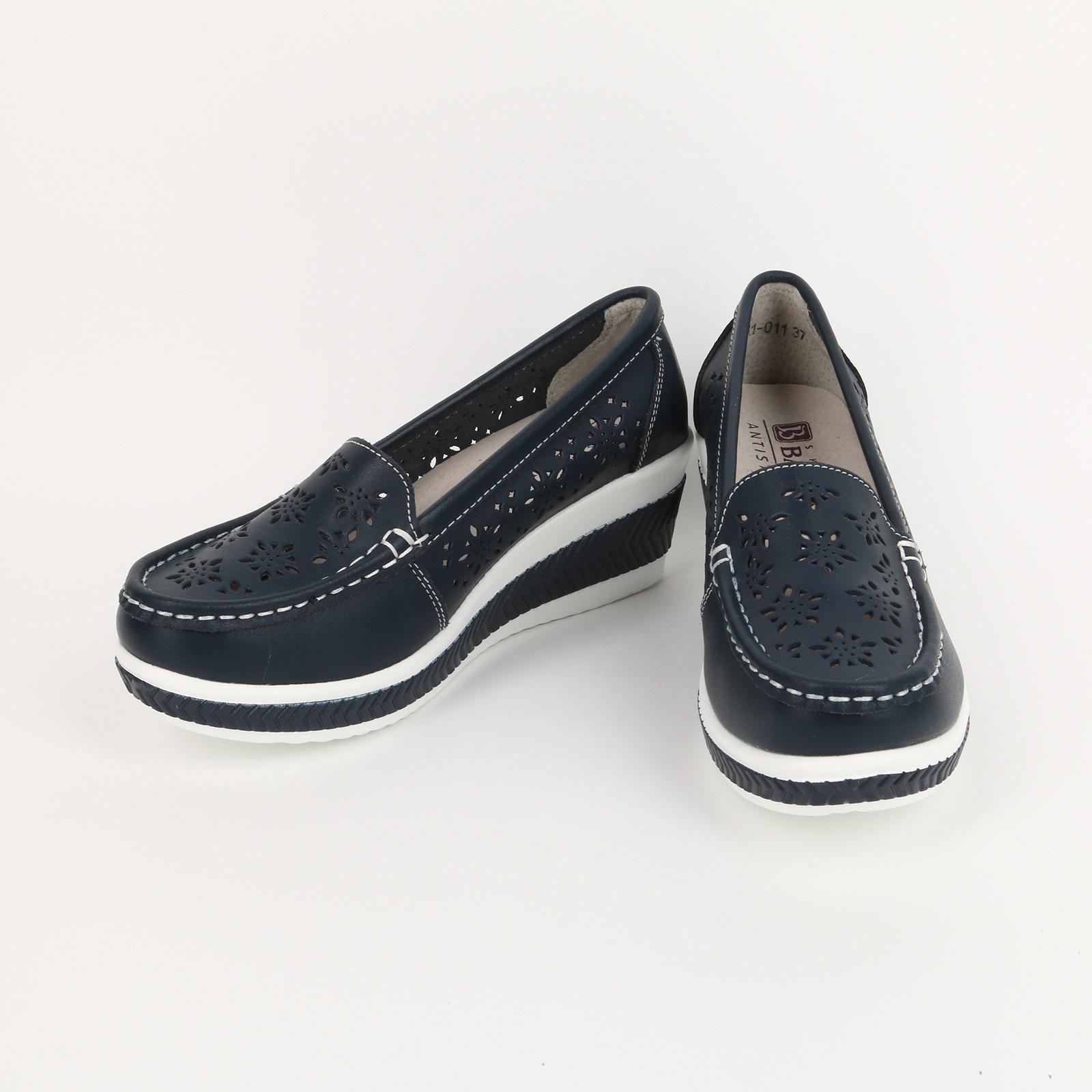 Туфли на танкетке с узорной перфорацией