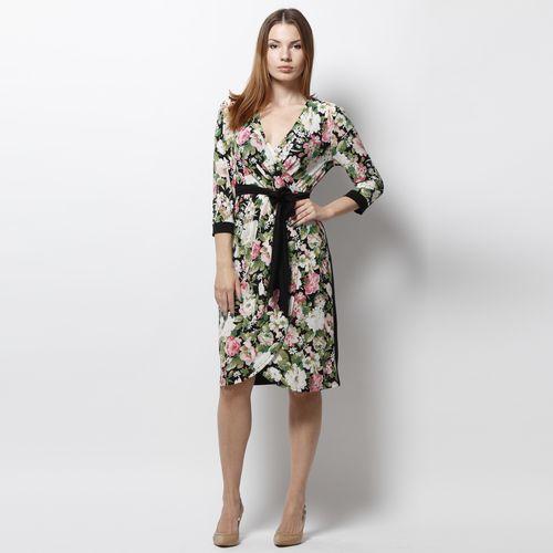 Платье с поясом и модным принтом
