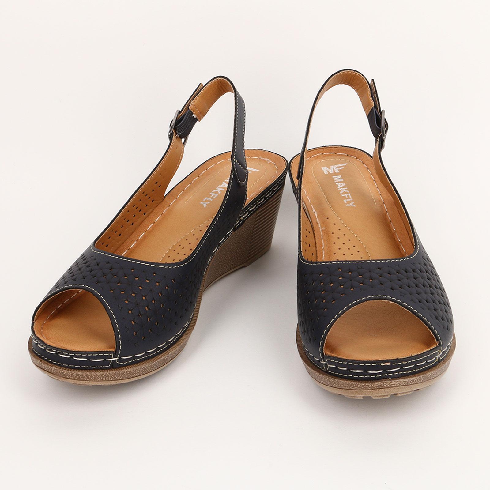 Туфли на танкетке с застежкой и узором