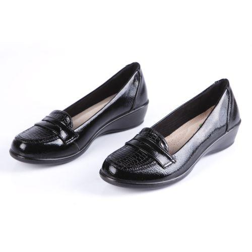 Туфли женские лакированные декорированные ремешком на мысу