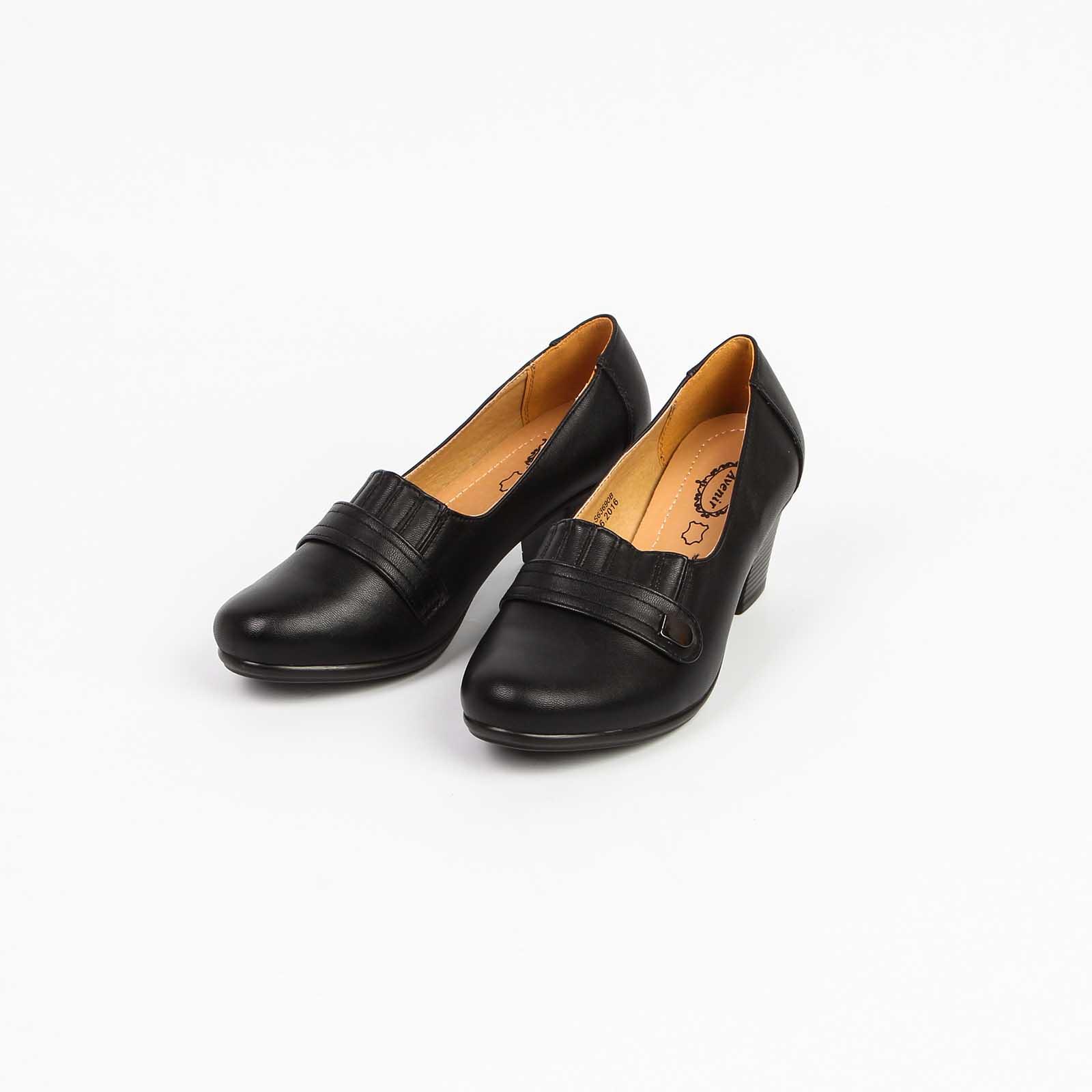 Туфли женские на среднем каблуке с декоративной застежкой на мысу