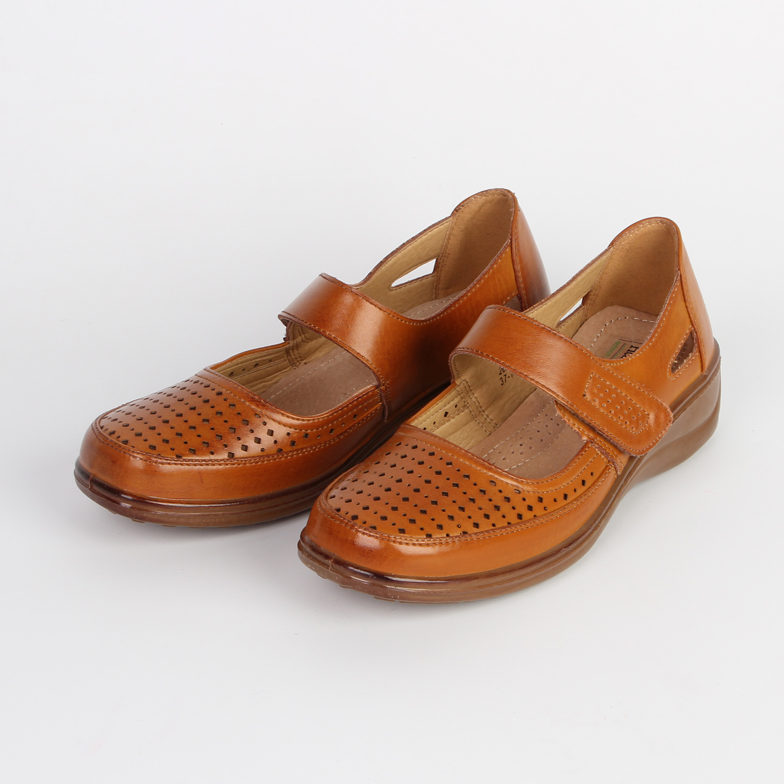 Туфли женские украшенные мелкой перфорацией на мысу