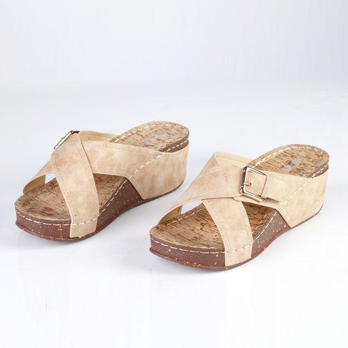 Женские сандалии украшенные золотой пряжкой