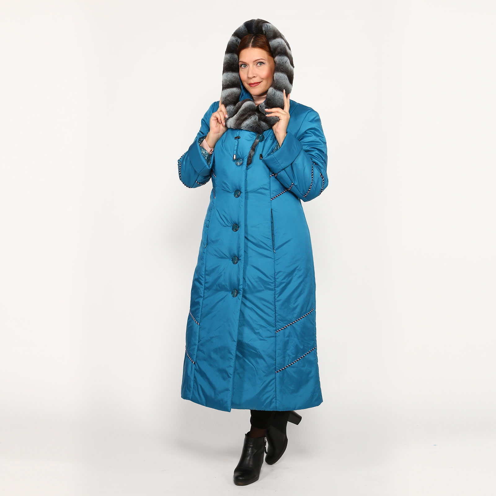 Пальто на пуговицах с меховым капюшоном